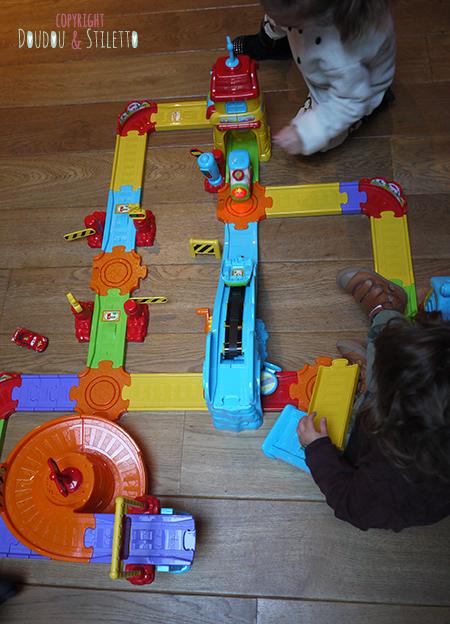Test produit le circuit train interactif tchou tchou bolides de vtech doudou stiletto - Tchou tchou le train ...